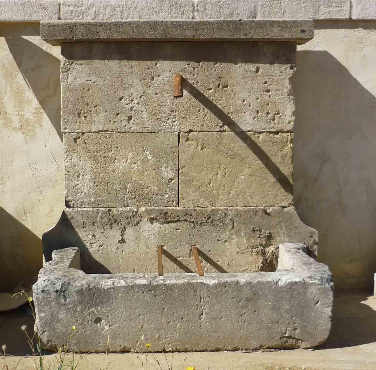 Fontaine en vieilles pierres les mat riaux anciens jean chabaud for Fontaine de jardin en pierre ancienne