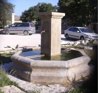 Fontaine centrale en pierre neuve et vieillie - Les matériaux ...
