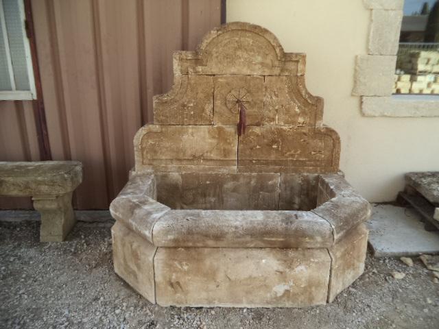 Fontaine murale en pierre neuve et vieillie les mat riaux anciens jean chabaud for Fontaine de jardin en pierre ancienne